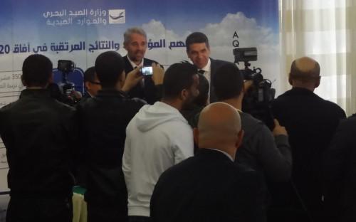 El Ministro, firmando la Carta de adhesion voluntaria para una pesca responsable