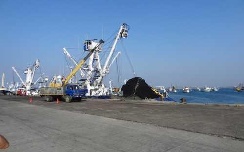 Atunero en el puerto de Manta