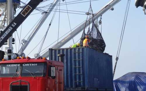 Descargando atún en el puerto de Manta