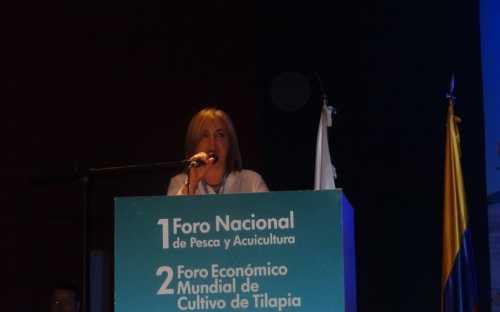 Martha Lucia de la Pava, presentando los avances en la política piscícola y pesquera y programas de extensionismo acuícola en Colombia