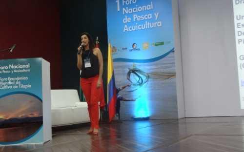 Juliana Galvão, presentando el tema Tilapia: una oportunidad para el desarrollo de productos con valor agregado