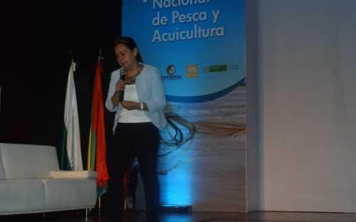 Carolina Calderón, presentando el Impacto de las certificaciones internacionales de calidad en esquemas comerciales para el sector de pesca y acuicultura
