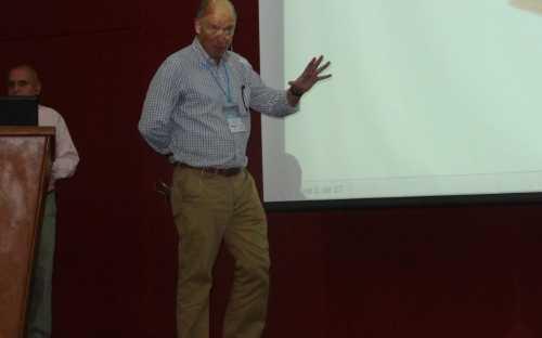 Jose Manuel Fernández Polanco, presentando la Acuicultura de pequeña escala y sus mercados