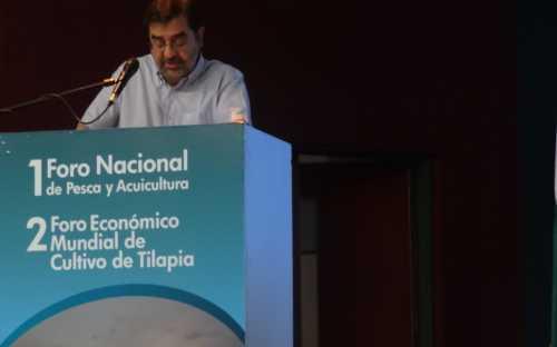 Hernando Jose Gomez, presentando la piscicultura continental en Colombia