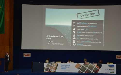 Meg Felipe, del Grupo Pao de Açucar, presentando el punto de vista de los supermercados en la comercialización de la tilapia