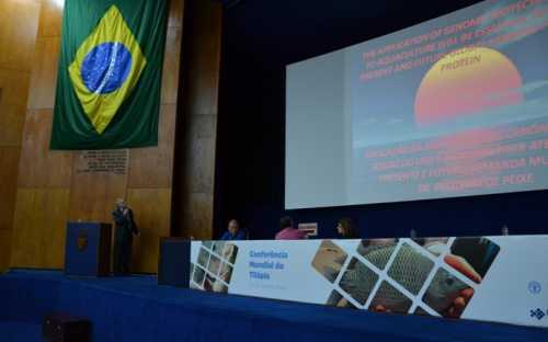 Ronald Eckart, de la CUNY, USA, presentando la biotecnologia genómica de la tilapia