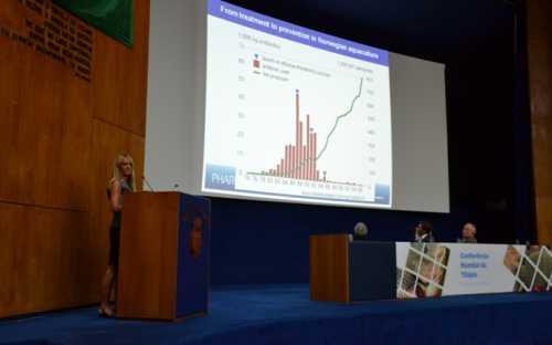 Edel Anne Norderhus, de Noruega, presentando el tema de las vacunas para tilapias