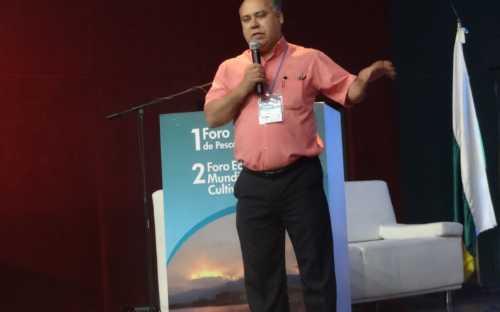 Heden Luiz Marquez, presentando la tendencia genetica para aumento del crecimiento de tilapia selecionada en ambiente biofloc