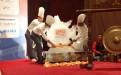 trayendo una escultura de hielo al palco